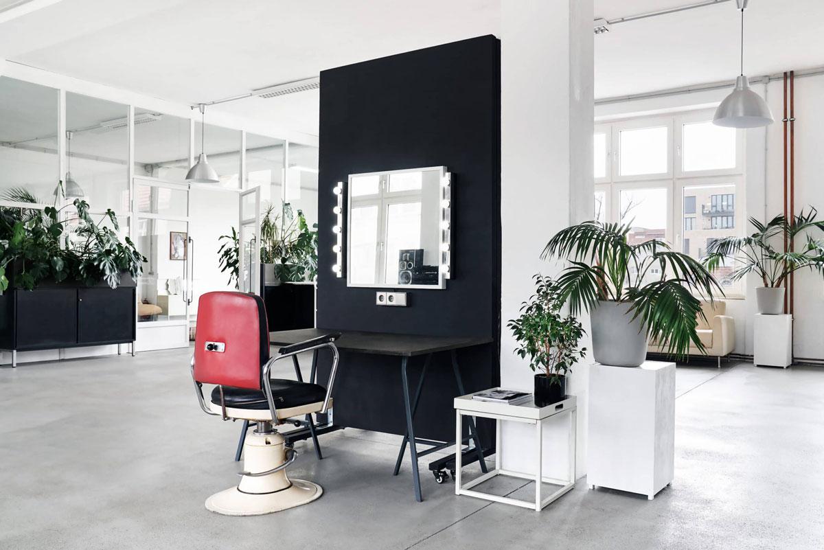 Ikonic 310qm miet Fotostudio in berlin mit Styling und Make up Plätzen